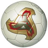 Spielball der Fussball Weltmeisterschaft 2014 in Japan und Südkorea namens Fevernova